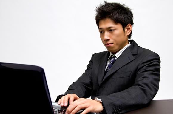 パソコンを真剣に見る男性