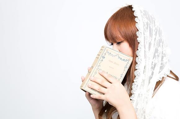 本をカバーにする女性