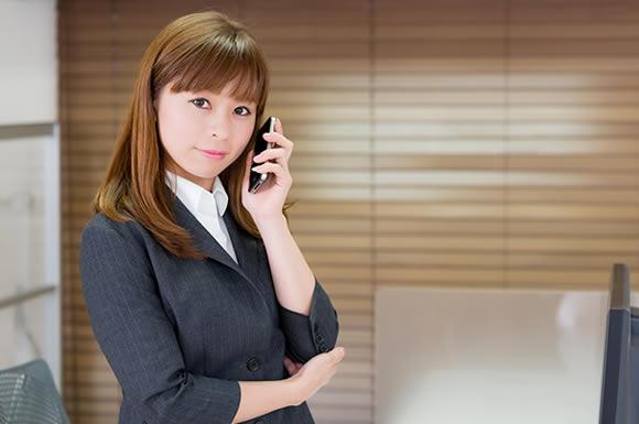 電話を掛ける女性