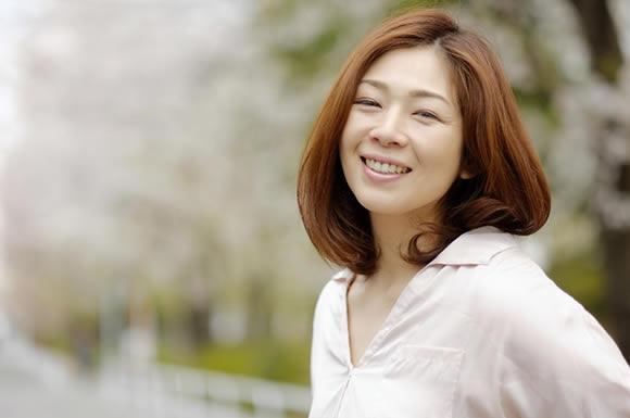 桜の下で女性