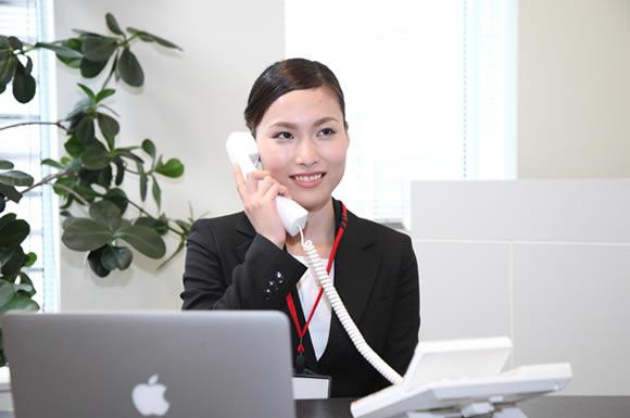 電話とパソコンと女性
