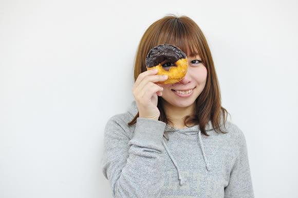 ドーナツを見る女性