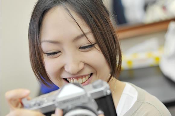 カメラを覗き込む女性