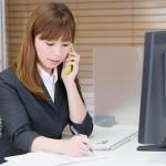 電話にコピーにファックスする女性