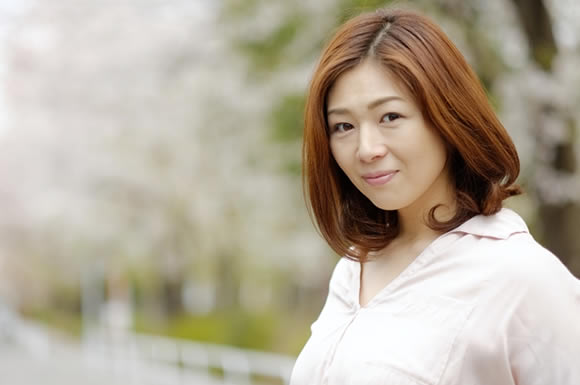 桜の木の下の女性