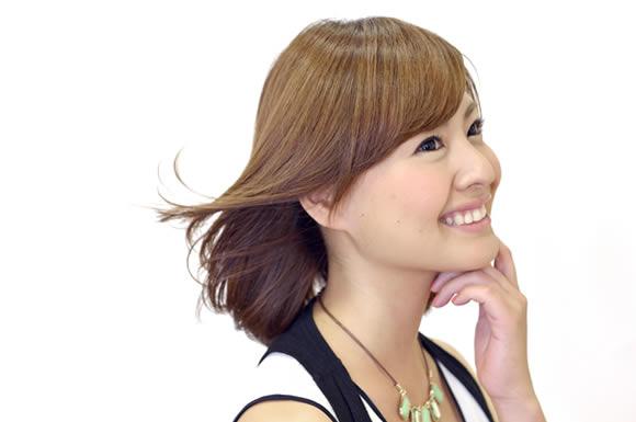 髪を書き上げる女性