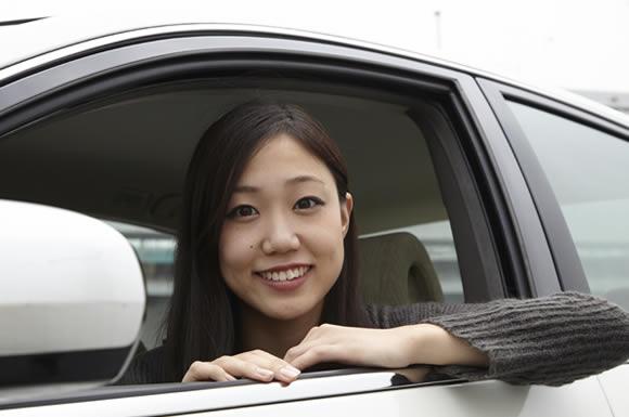 車から乗り出す女性