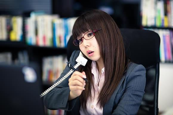 電話をかけてる女性