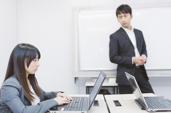 パソコンを見る女性と男性