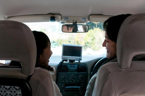 結婚して7年目、自宅の前に止まった車の中で妻が運転席の男性とキス