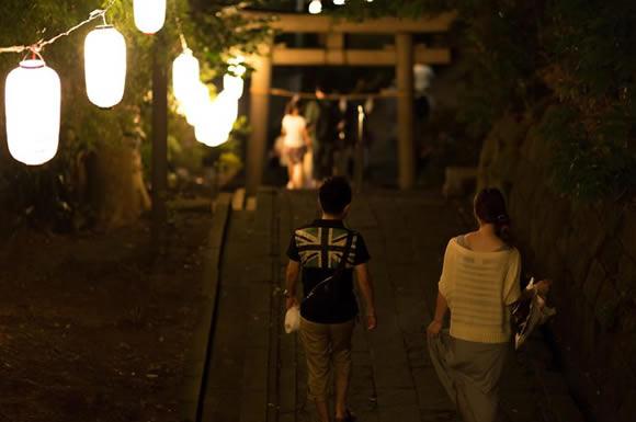 神社歩く二人