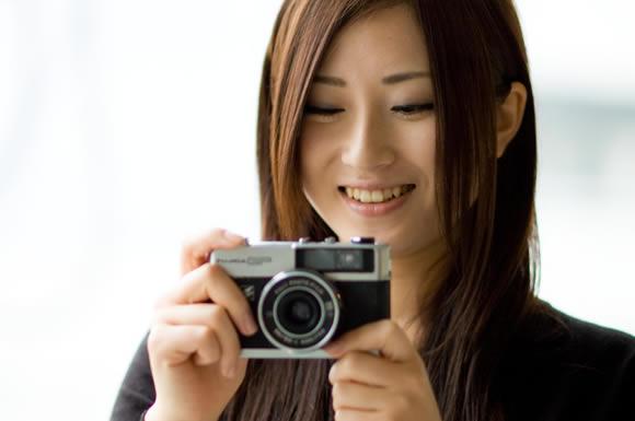 カメラを持ってみる女性