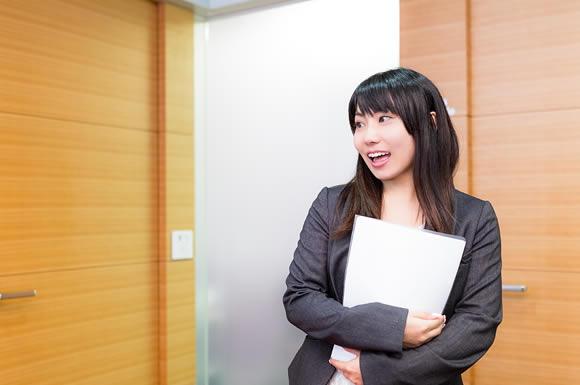 会議室入る女性
