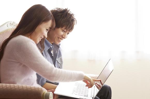 パソコンを見るカップル
