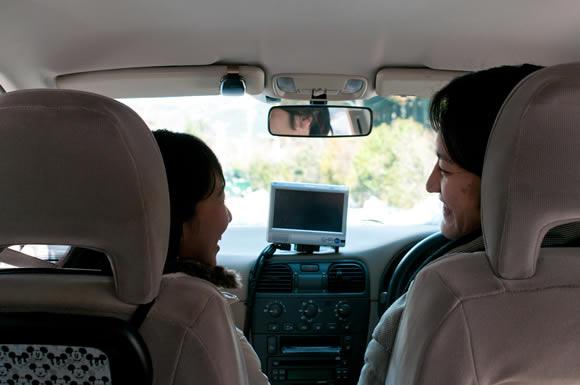 男の車の助手席にいる妻を兄が目撃!自分が働いてる間に専業主婦の妻は浮気をしていた