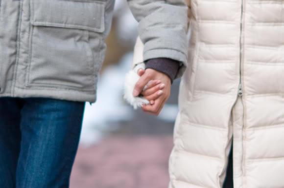夫以外の男性と手をつないで歩いている姿を目撃!従兄弟の妻は浮気をしている