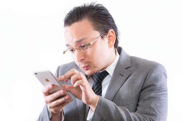 出会い系サイトに登録する男性