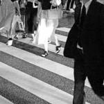 横断歩道を歩く人