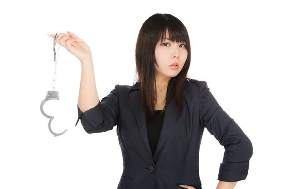 手錠を持つ女性