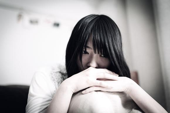 精神的苦痛を受ける女性